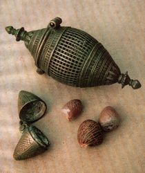 Schránka na listy betelového pepře, schránka na vápno a semena palmy arekové.